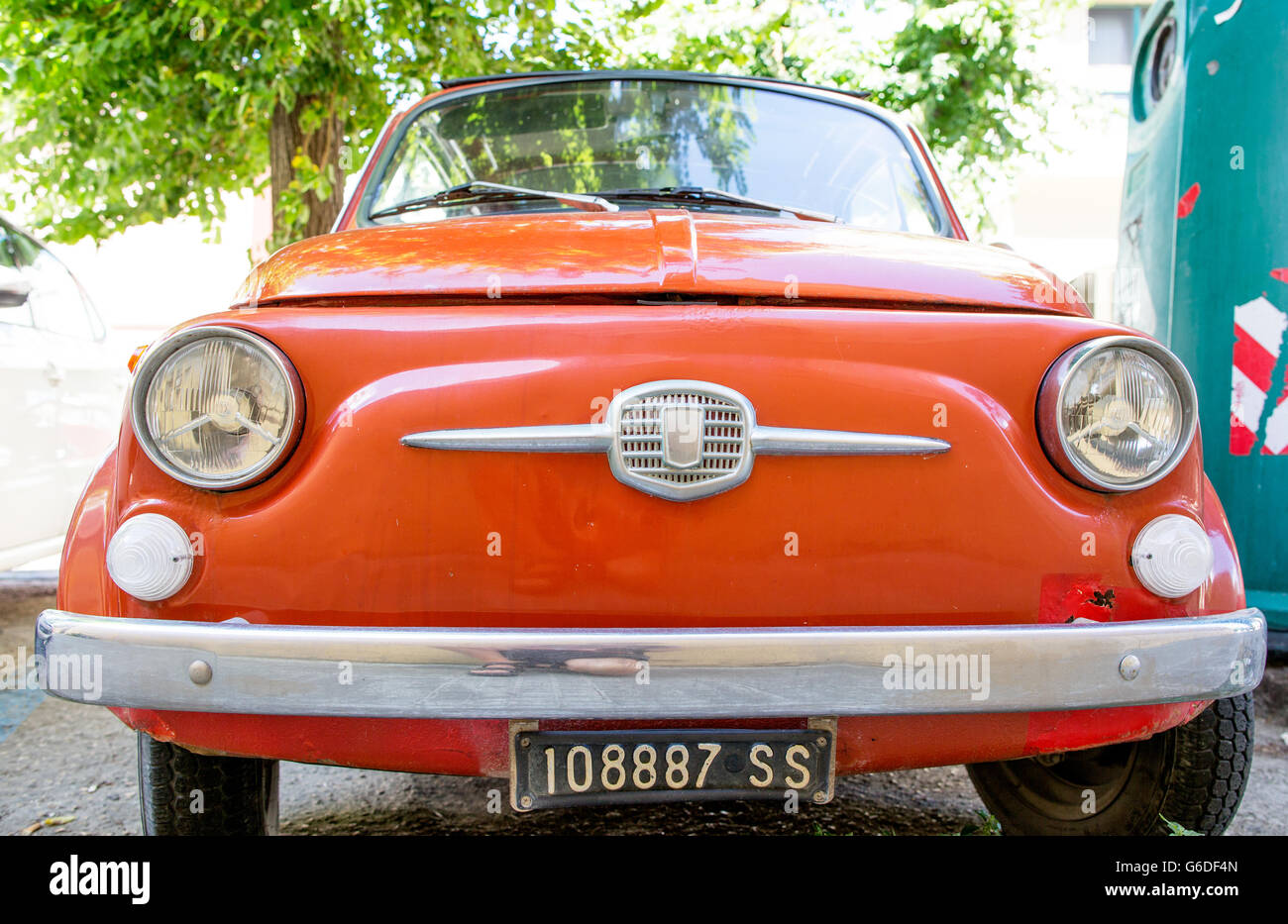 Eine klassische Fiat 500 unter einem Baum-Alghero-Sardinien-Italien Stockbild