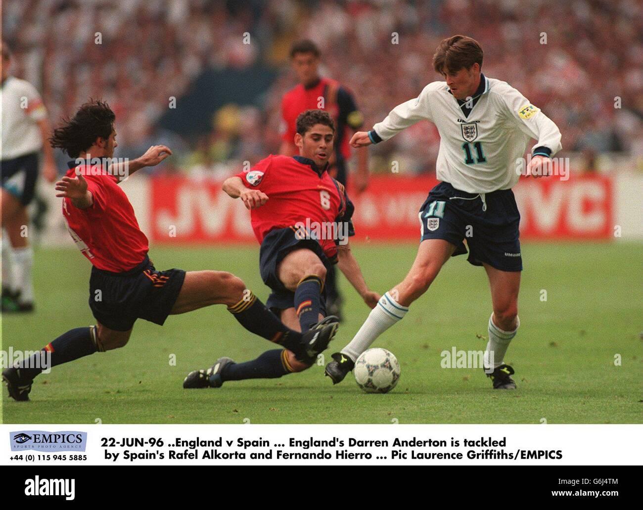 22-JUN-96 .England / Spanien. Der englische Darren Anderton wird vom spanischen Rafel Alkorta und Fernando Hierro angegangen Stockfoto
