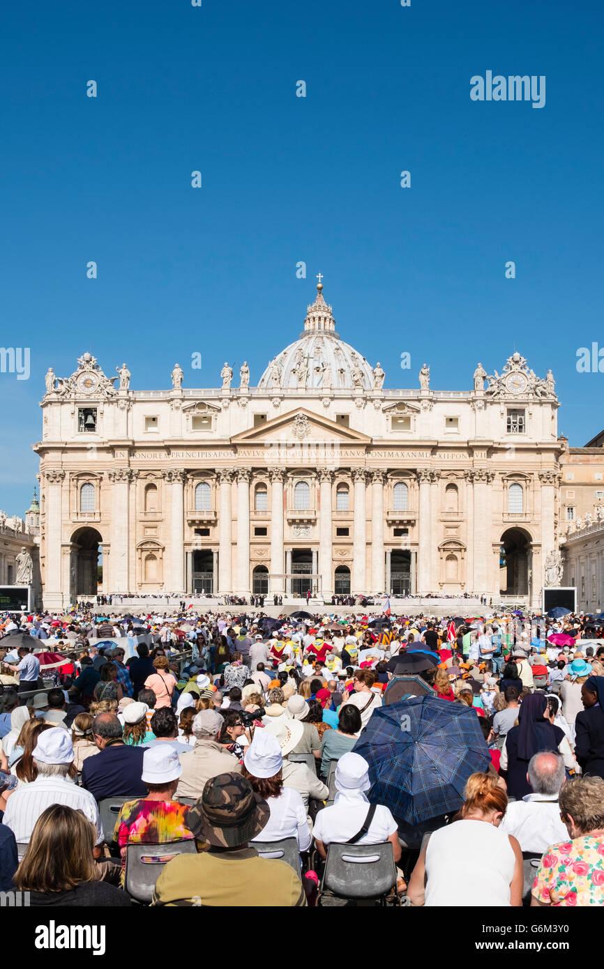 Blick auf St. Peters Basilika während der Audienz mit dem Papst in St Peter es Square in Vatikanstadt Rom, Stockbild