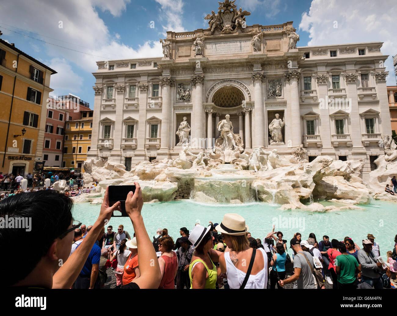 Trevi-Brunnen oder Fontana di Trevia mit vielen Touristen in Rom Italien Stockbild
