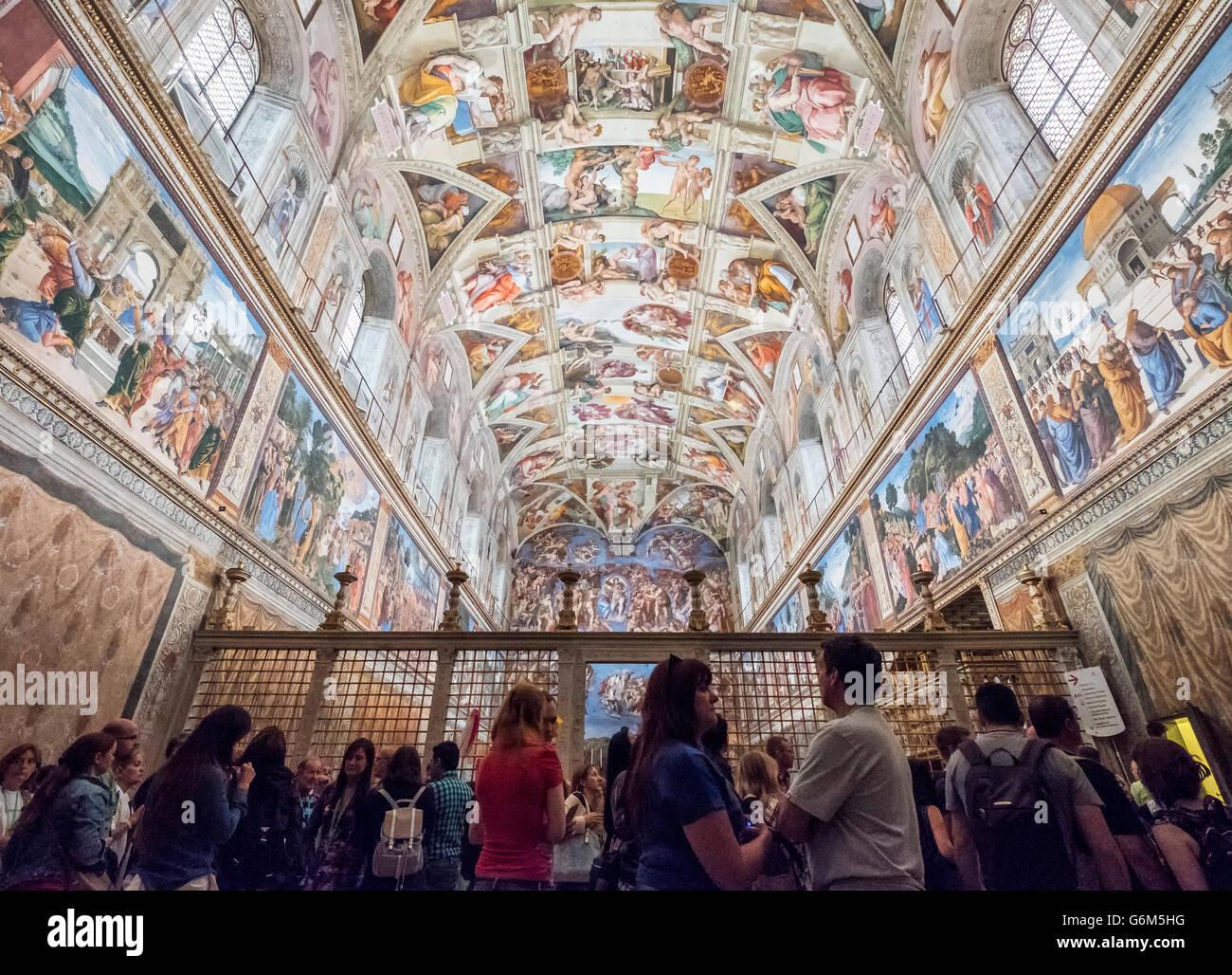 Touristen auf der Suche an Decke in der Sixtinischen Kapelle im Vatikan Museum in Rom, Italien Stockbild