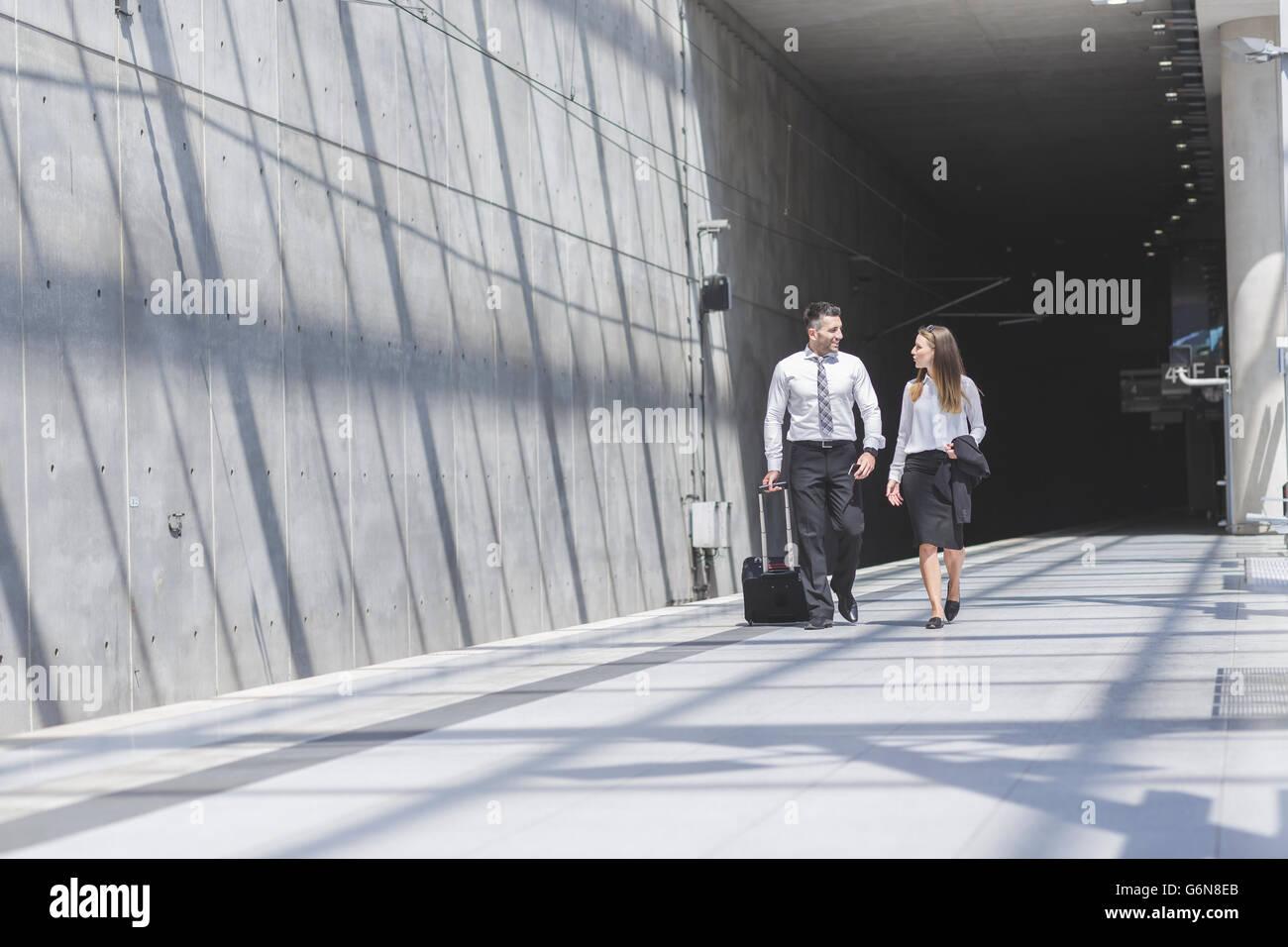 Geschäftsmann und Geschäftsfrau unterwegs Stockbild