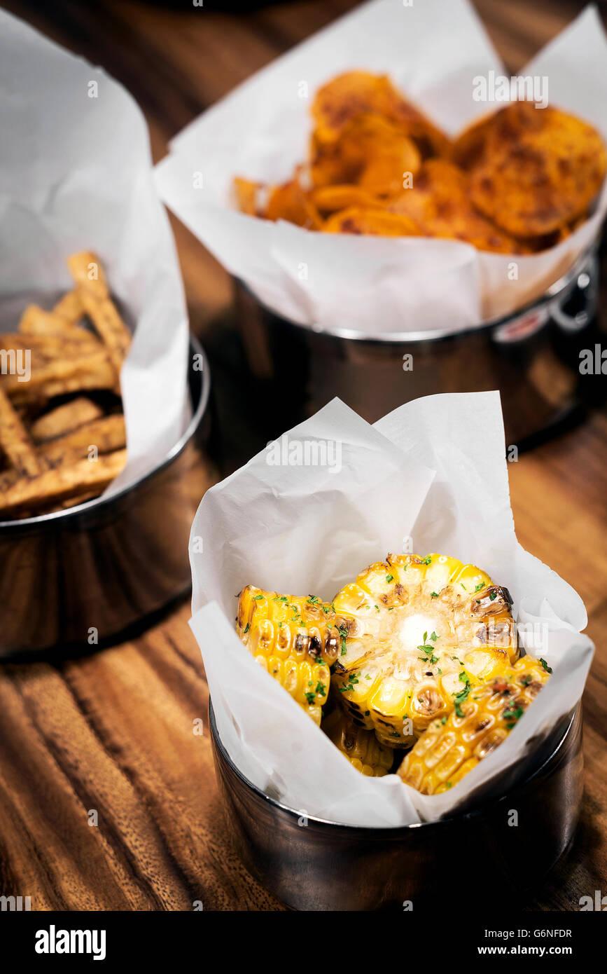 vom Grill Bbq Zuckermais und Chips Essen Snacks an der bar eingestellt Stockbild