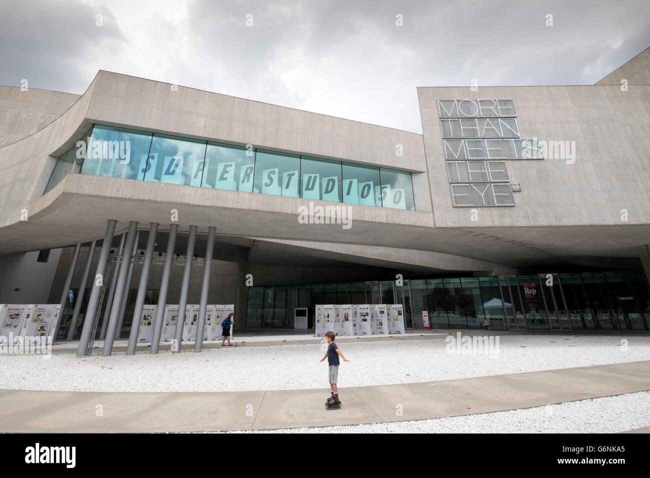 Außenseite des MAXXI nationalen Zentrum für zeitgenössische Kunst entworfen von Zaha Hadid in Rom, Stockbild