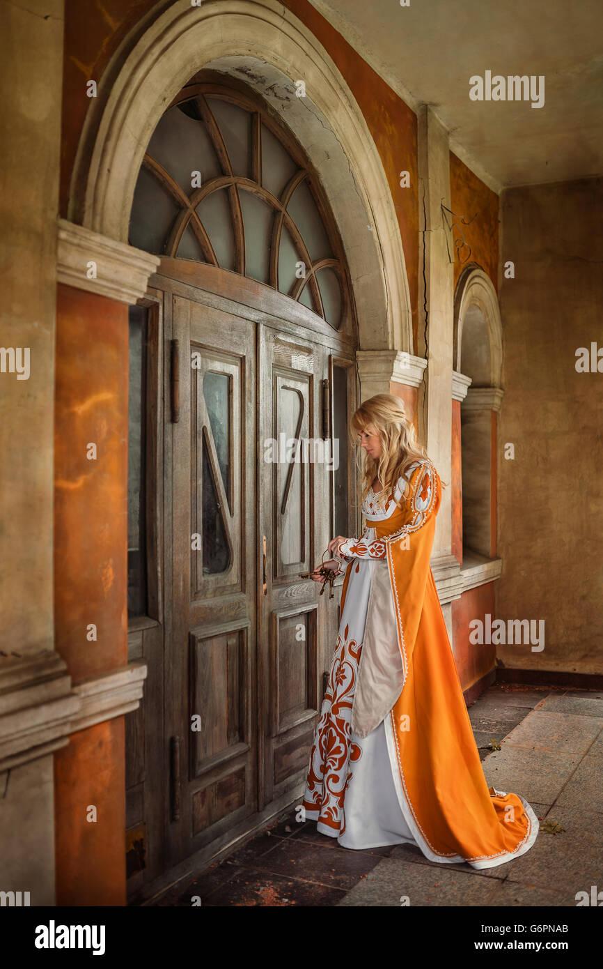 Dame in mittelalterlichen Kostümen Stockbild