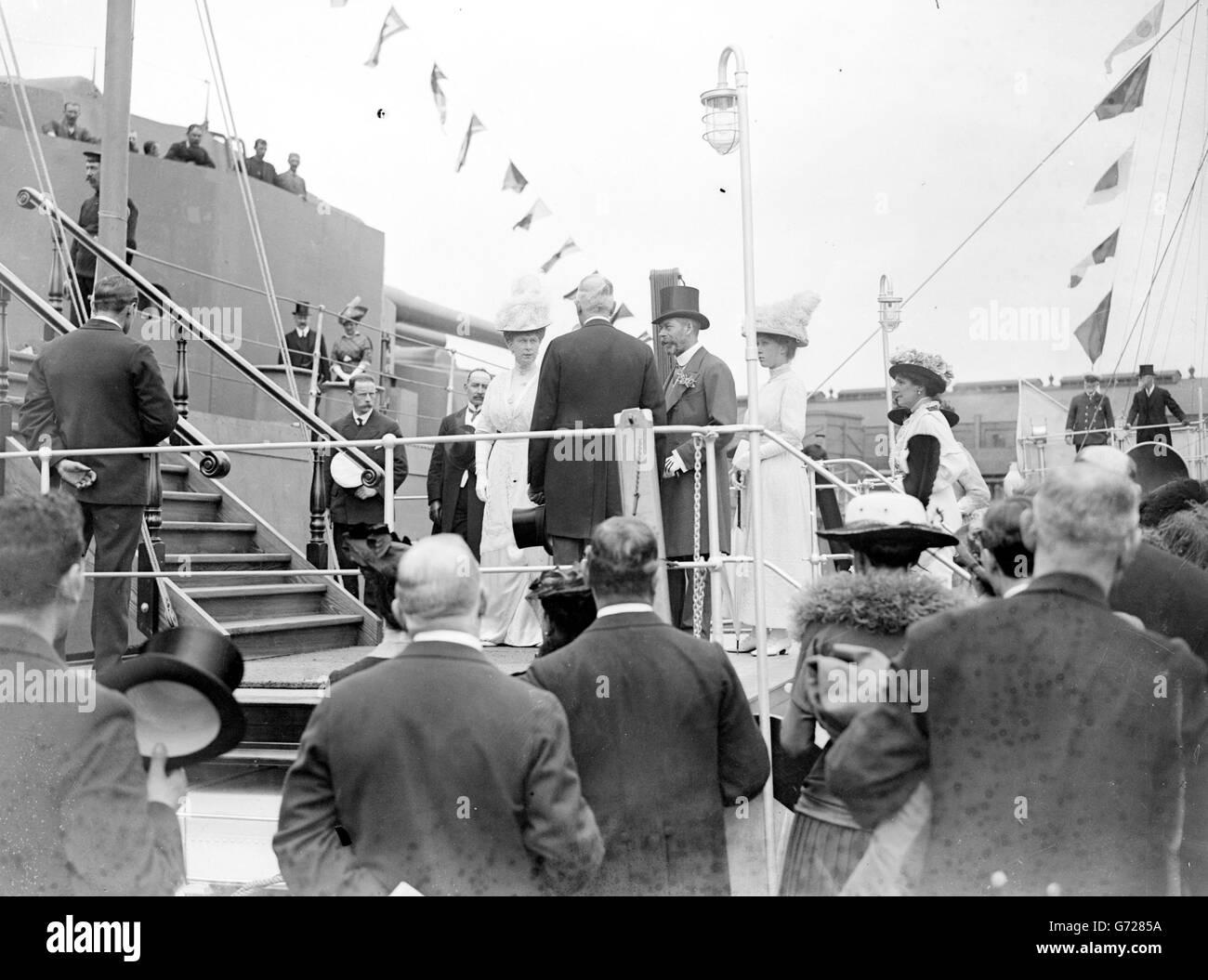 König George V und Königin Mary mit Prinzessin Mary besteigen das HMS Benbow, ein Schlachtschiff der Iron Duke-Klasse, während ihres Besuchs in Schottland, 1914. Stockfoto