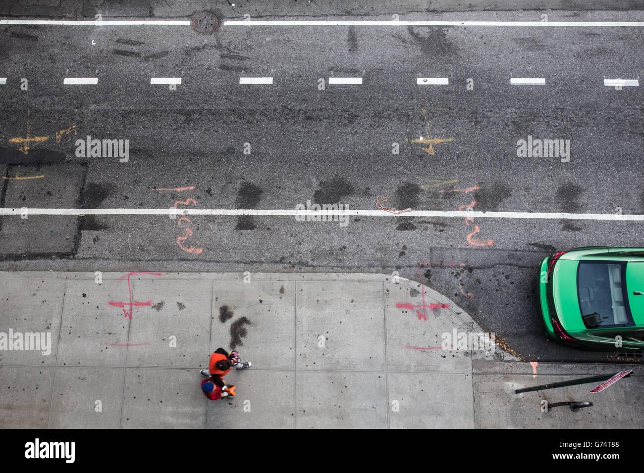 Draufsicht des New Yorker Straßenszene mit Fußgängerzone und dem grünen Auto Stockbild