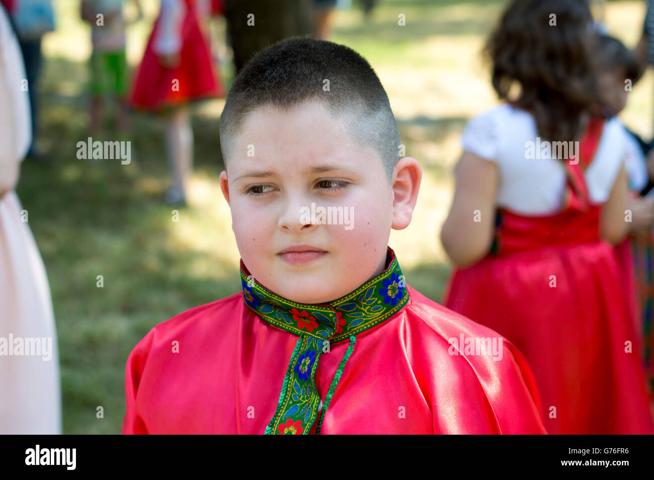 der junge im russischen Hemd während des Urlaubs Stockbild