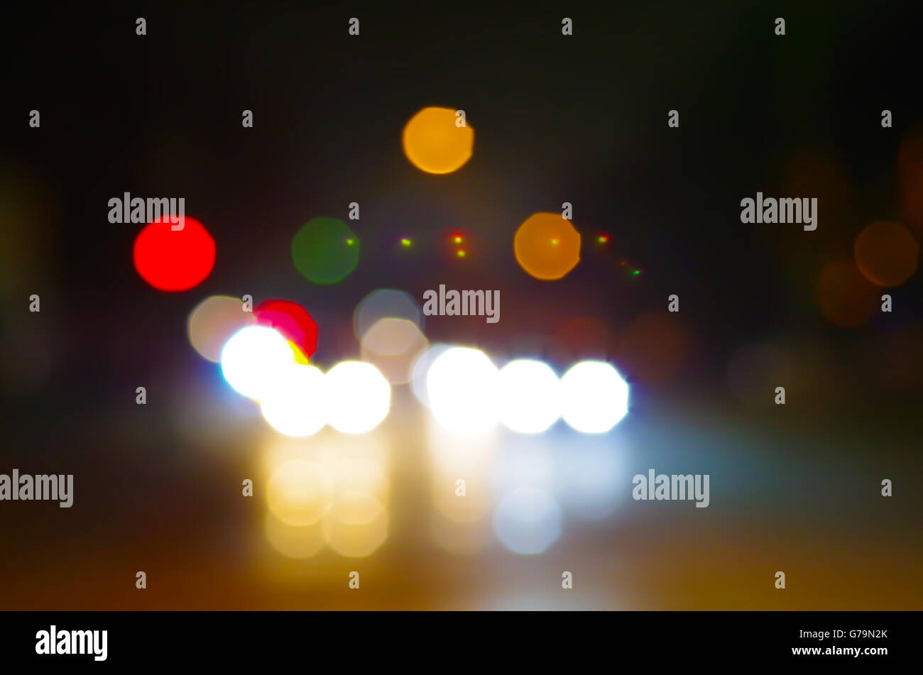 Abstrakte Nachtszene Stadt unterwegs. Defokussierten leuchten die Scheinwerfer des Autos und die Nachtlichter von Stockfoto