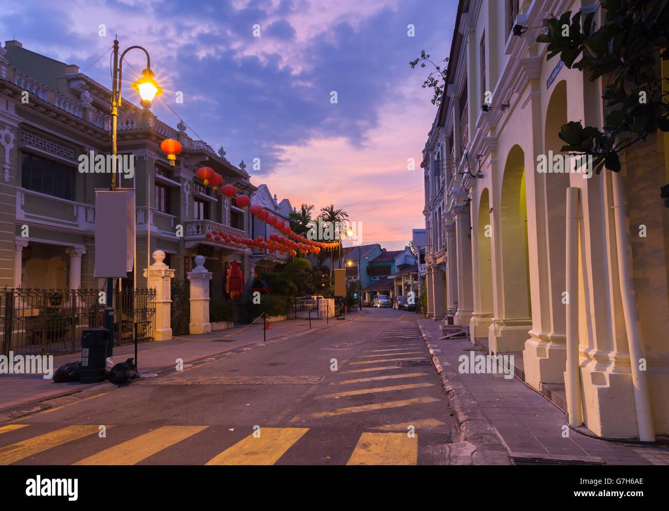 Abenddämmerung Blick auf Armenian Street und Yap Kongsi Clan Haus, George Town, Penang, Malaysia. Stockbild