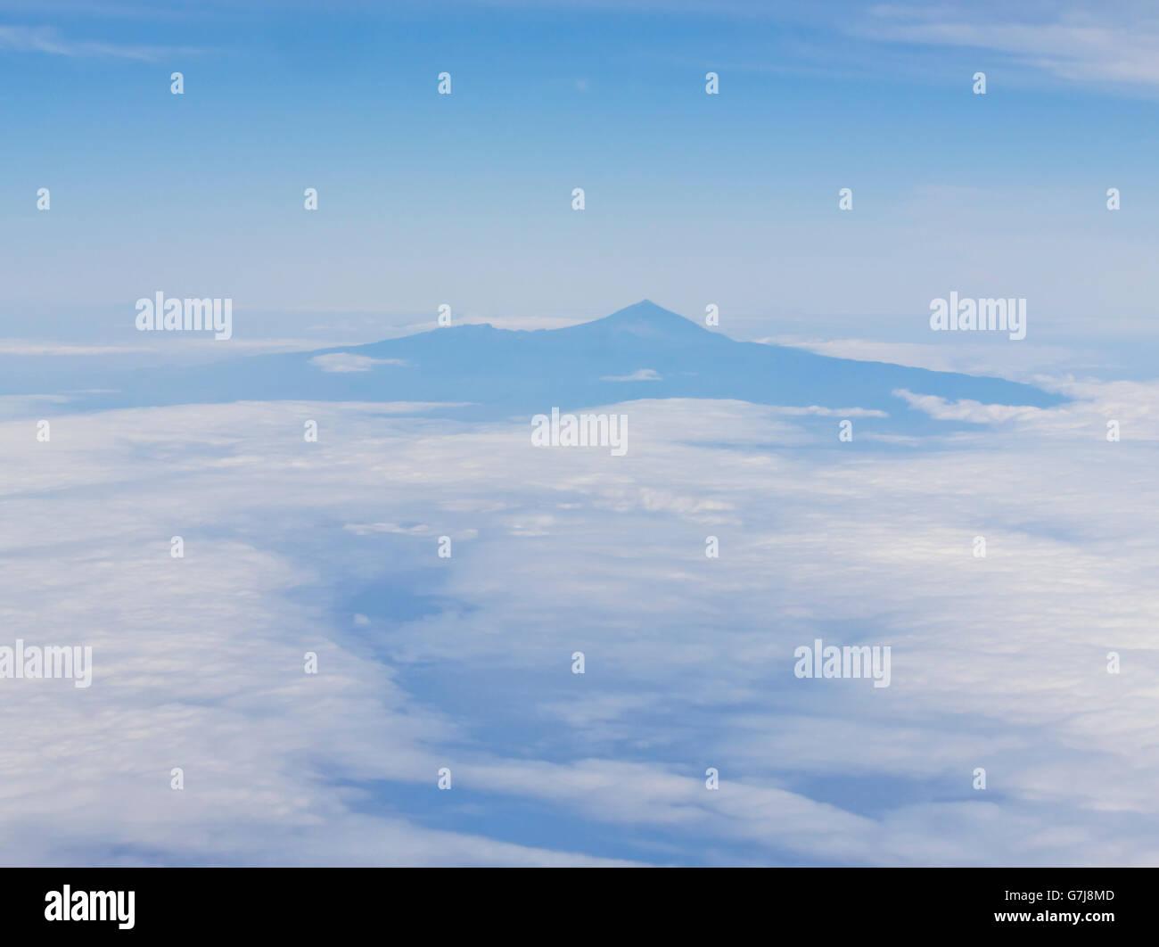 Teneriffa mit den Teide in dunstigen blau und weiß von einem herannahenden / verlassen Flugzeug gesehen Stockbild