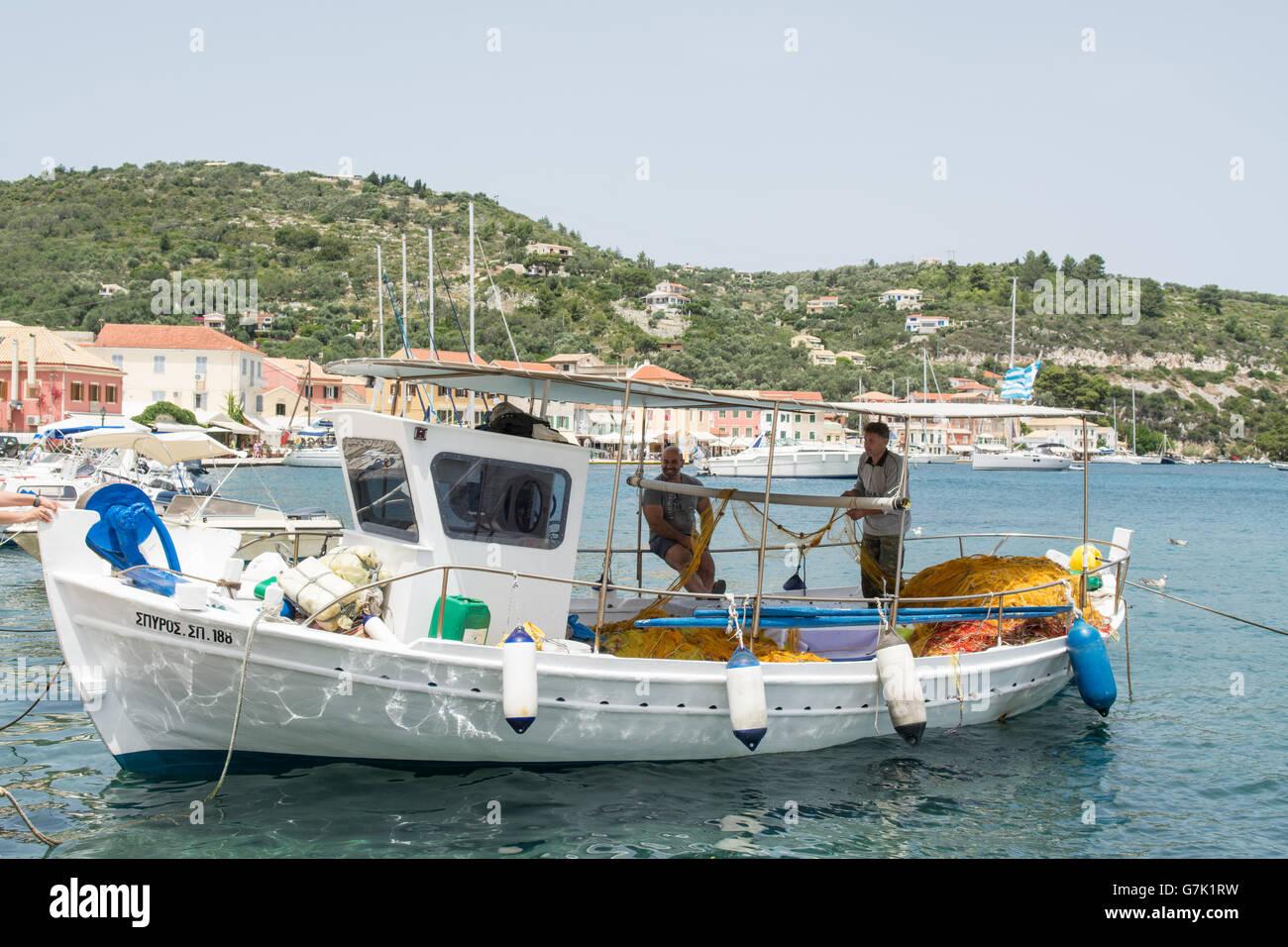 Fischer auf Fischkutter vertäut im Hafen Stadt von Gaios, der Hauptstadt von winzigen Ionischen Insel Paxos, Stockbild