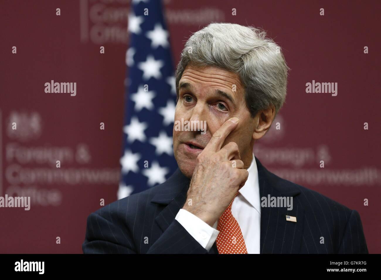 US-Außenminister John Kerry spricht bei einer Pressekonferenz im Außenministerium in London. Stockfoto
