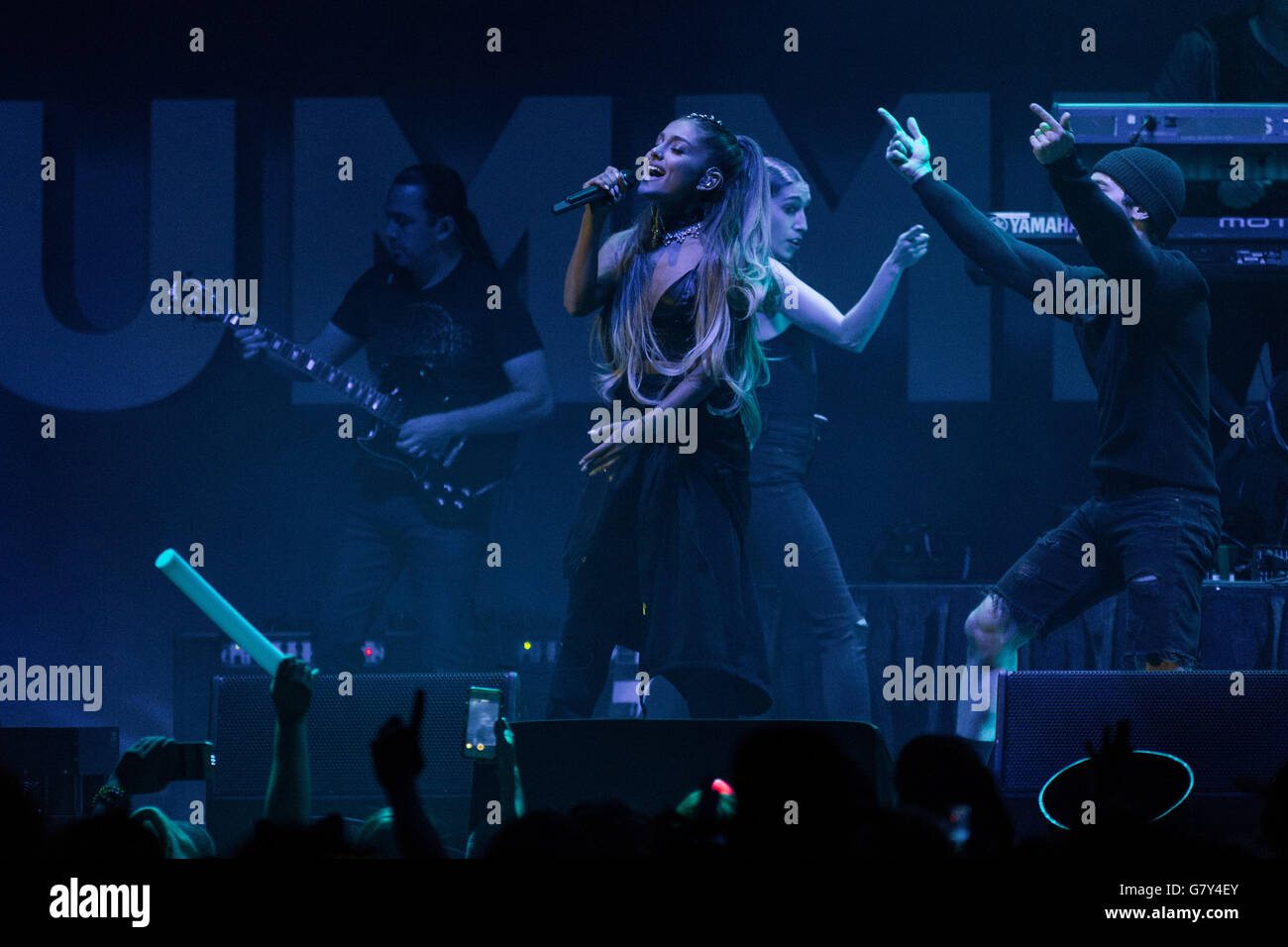Ariana Grande Performs Live On Stockfotos & Ariana Grande Performs ...