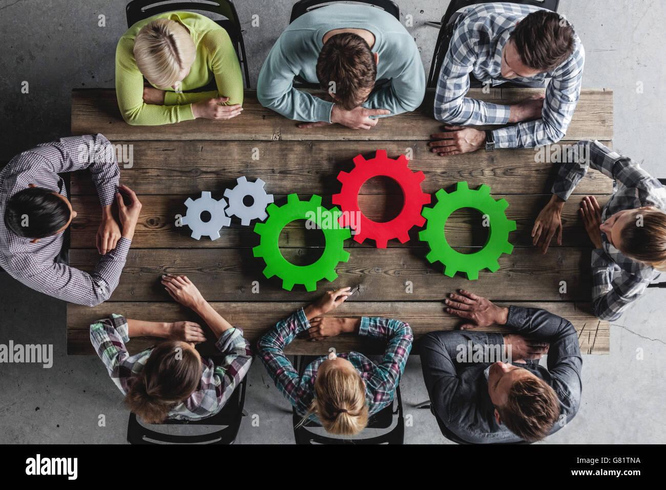 Hipster-Business-Team und Zahnräder brainstorming-Sitzung Planungskonzept Stockbild