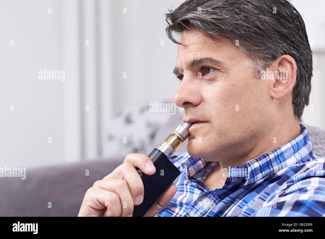 Reifen Sie Mann mit schnell als Alternative Rauchen Stockbild