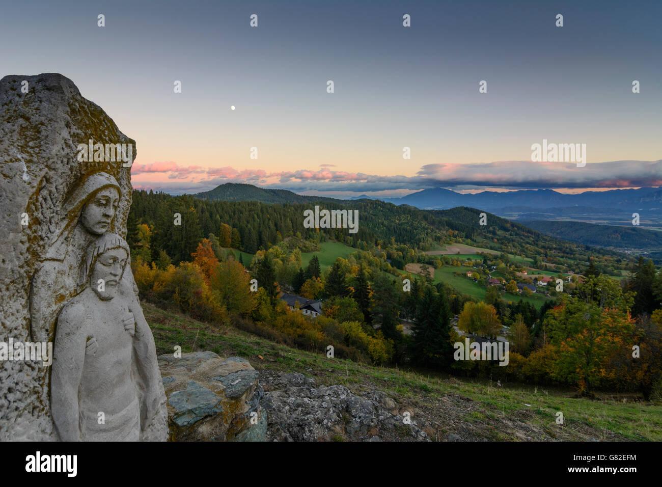 Bildstock und Blick auf den Hängen des Magdalensberg, die Karawanken, volle Mond, Magdalensberg, Österreich, Stockbild