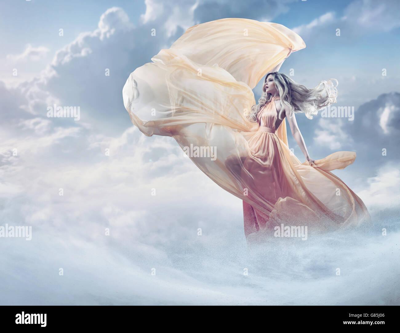 Fee Bild einer schönen jungen Frau in den Wolken Stockbild