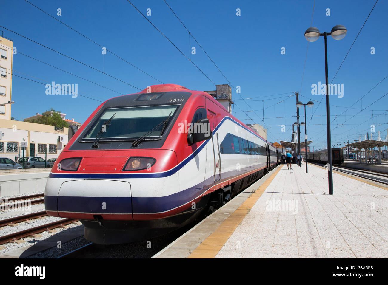 Hohe Geschwindigkeit Alfa Pendel kippen Zug am Bahnhof Melodien in der Algarve, Portugal Stockbild