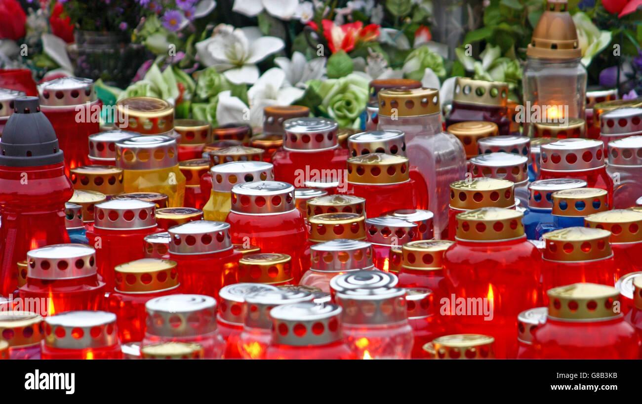 Votiv-Kerzen leuchtet auf einem Grab, Laterne Stockbild