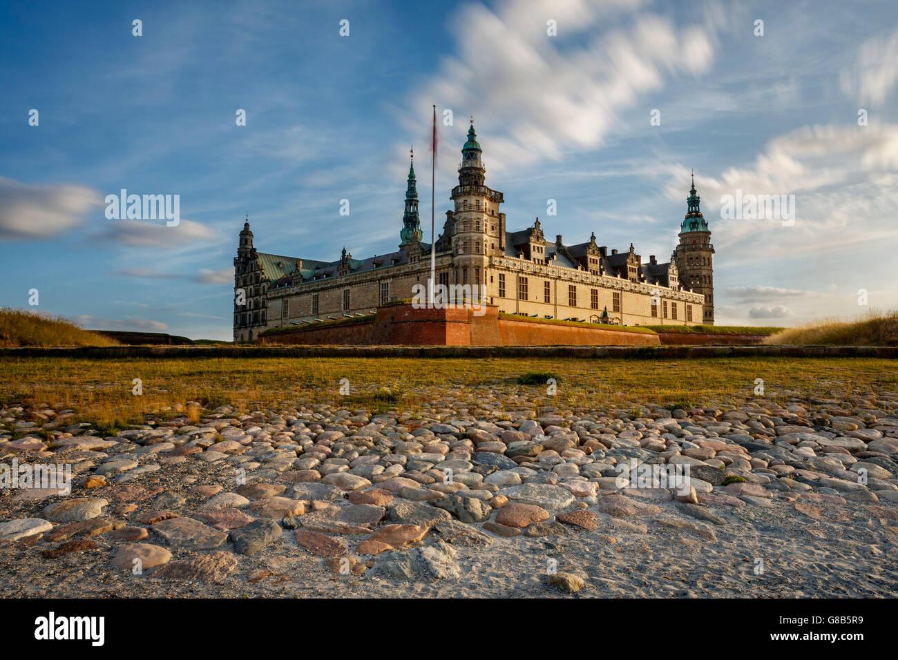 Schloss Kronborg in Helsingør, Dänemark bei Dämmerung gesehen. Das Schloss wurde hinzugefügt, Stockbild
