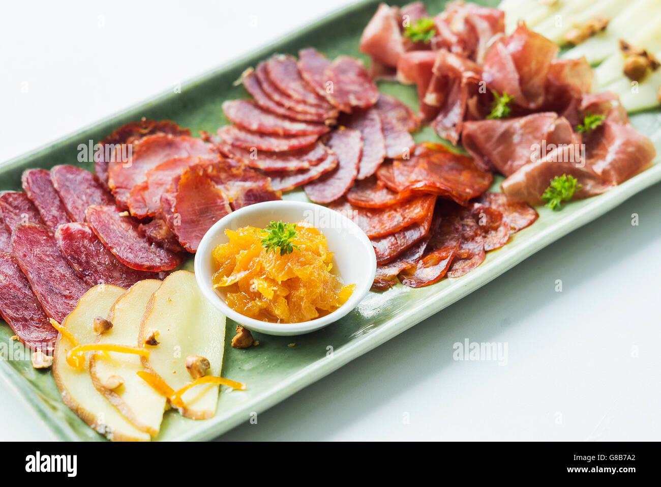 spanischer Serrano Schinken Chorizo Wurst geräuchertem Fleisch Käse Tapas Teller Set mit Brot teilen Stockbild