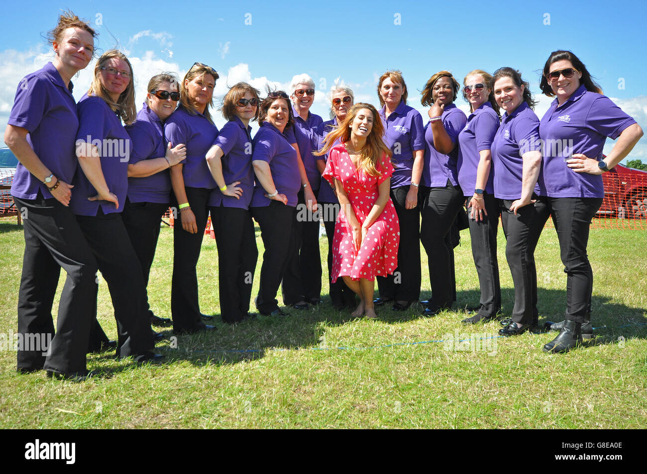 Stacey Solomon und Colchester militärischen Frauen-Chor Stockbild