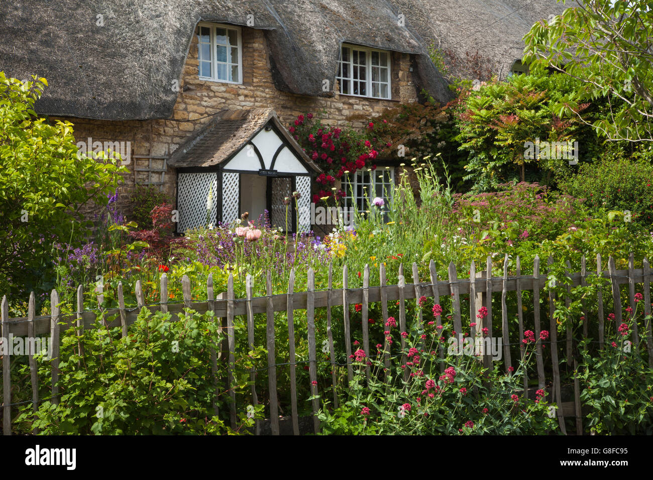 thatched cottage colourful garden stockfotos thatched cottage colourful garden bilder alamy. Black Bedroom Furniture Sets. Home Design Ideas