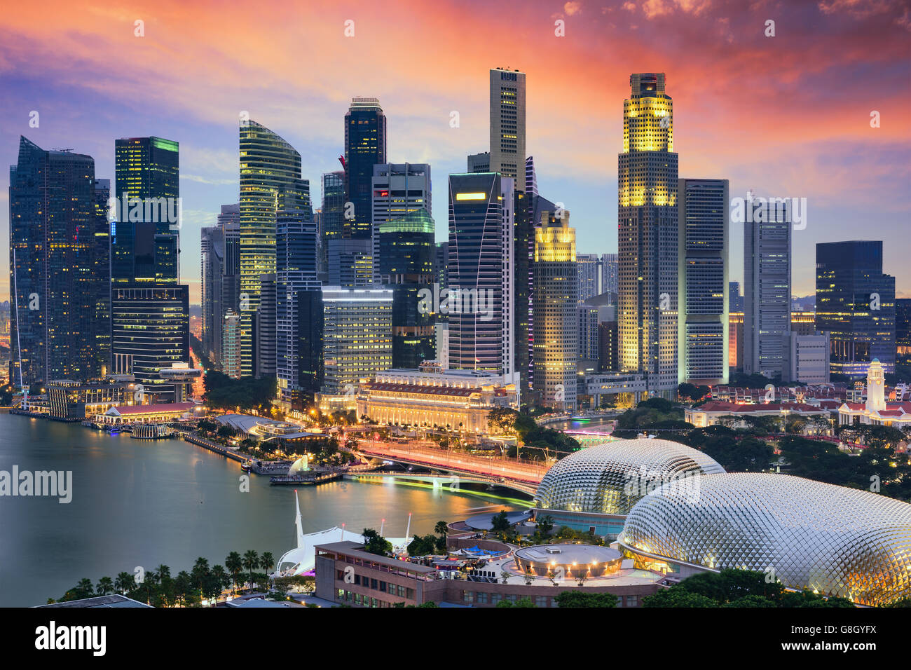Skyline von Singapur Financial District in der Abenddämmerung. Stockbild