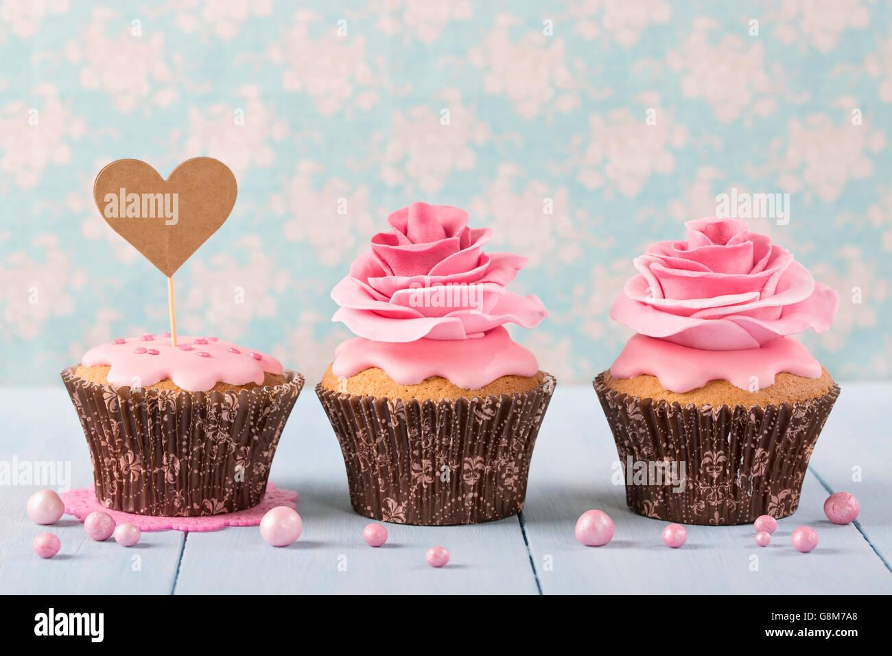 Cupcakes mit Herz Cakepick für text Stockbild