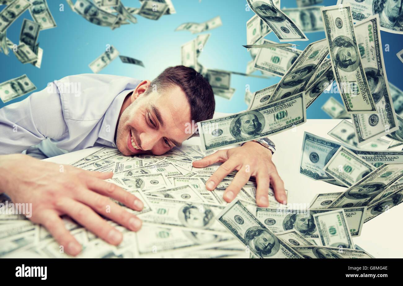 glücklich Kaufmann mit Haufen von Geld Stockfoto