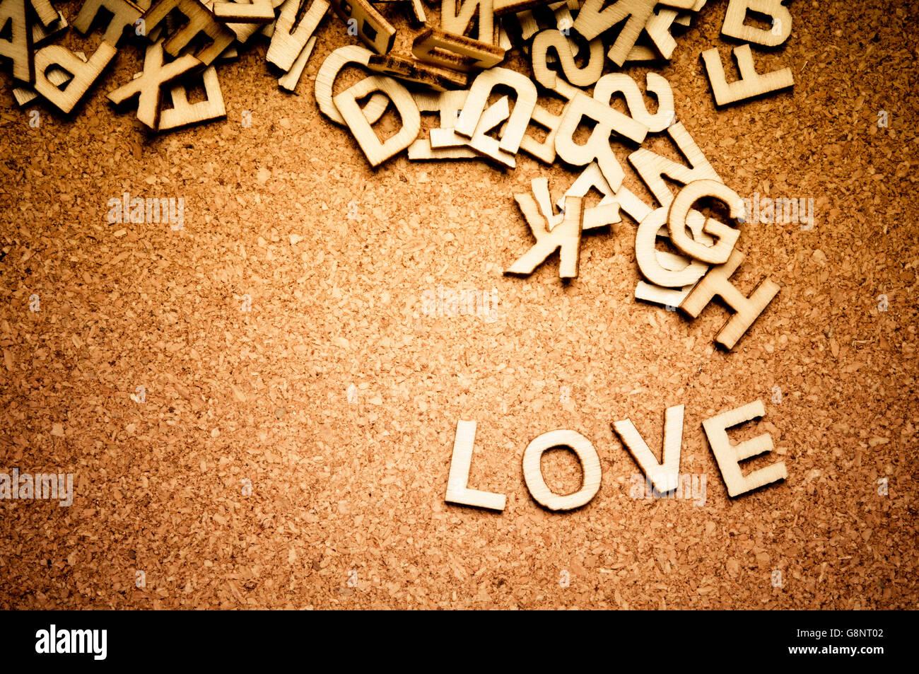 Wort Liebe buchstabiert mit Holzbuchstaben Stockbild