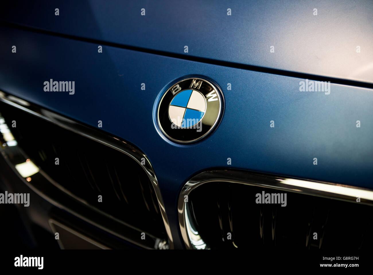 bmw logo auf motorhaube stockfoto, bild: 108697109 - alamy
