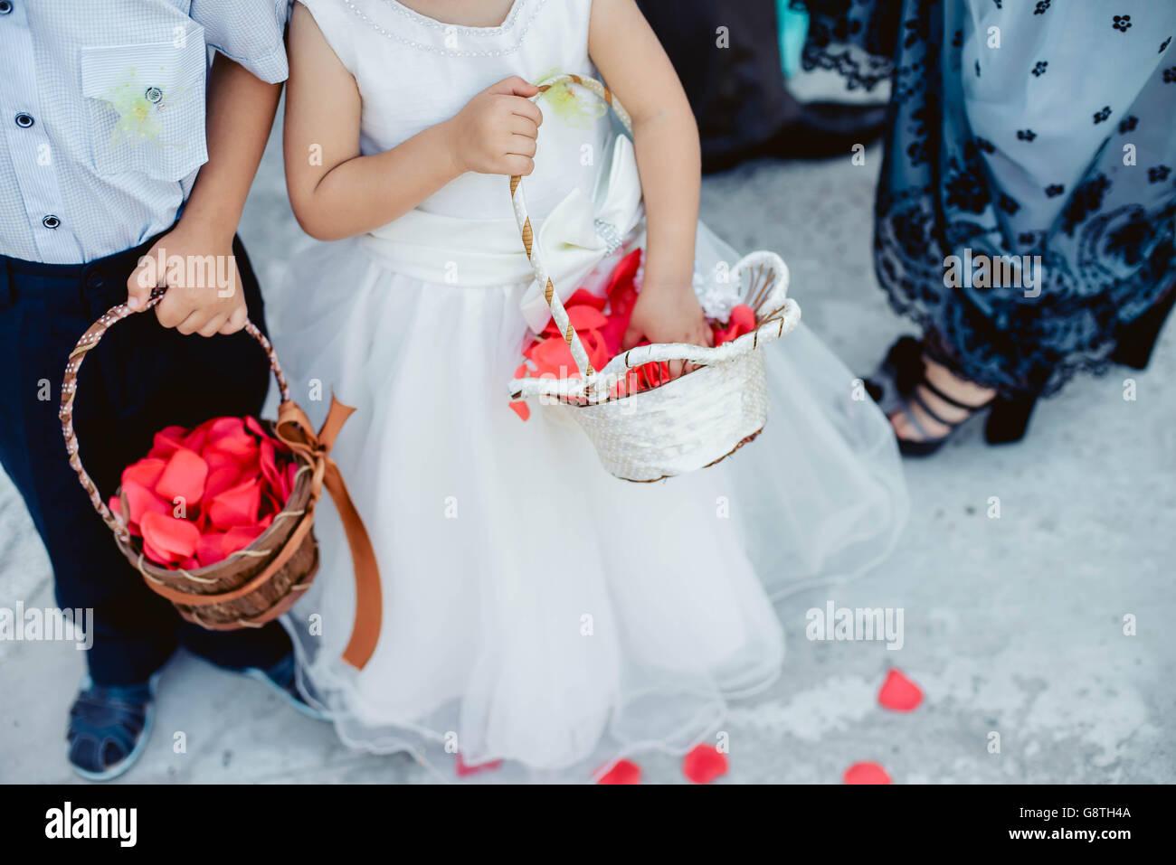 Niedliche kleine Jungen und Mädchen in einem weißen Kleid und Anzug ...