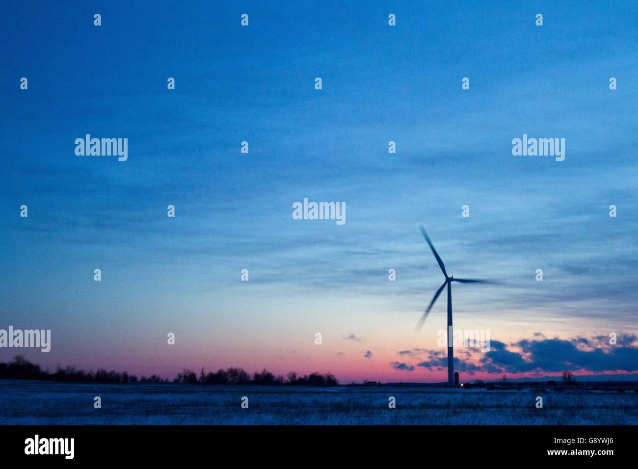 Marysville, Ontario, Kanada. 23. Januar 2016. Windkraftanlagen kurz vor Sonnenaufgang auf Wolfe Island in der Nähe Stockbild