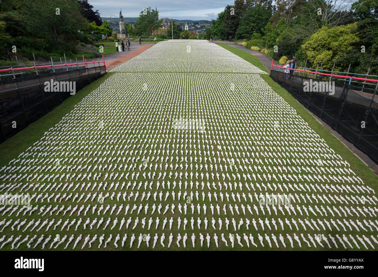 Exeter, UK. 1. Juli 2016. Die Schlacht an der Somme erinnert in Northernhay Gärten, Exeter, UK, 19.240 verhüllte Stockfoto