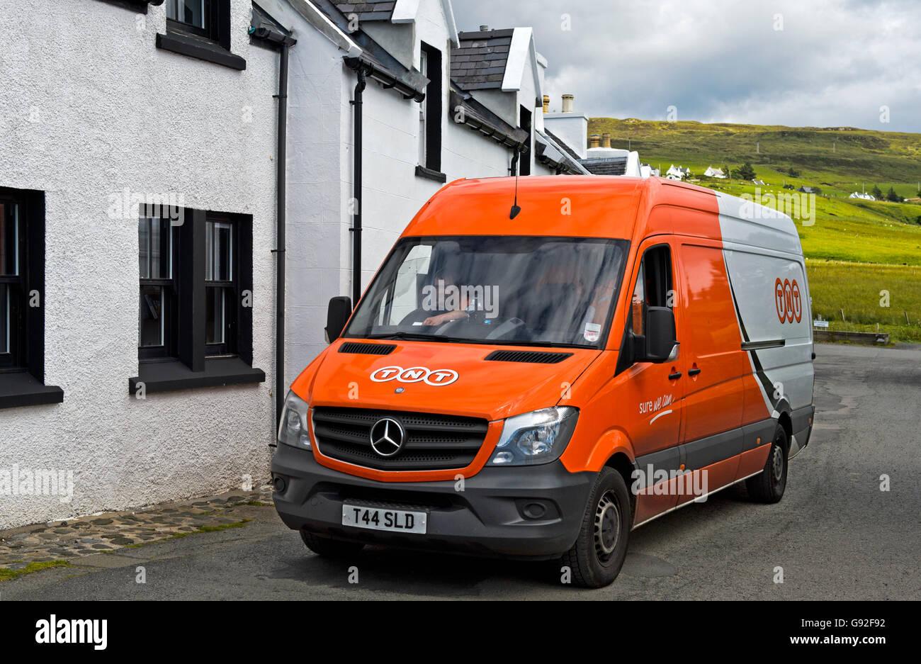 Van der Kurierdienst Dienstleistungen Unternehmen TNT in Stein, Waternish Halbinsel Isle Of Skye, Schottland, Großbritannien Stockbild