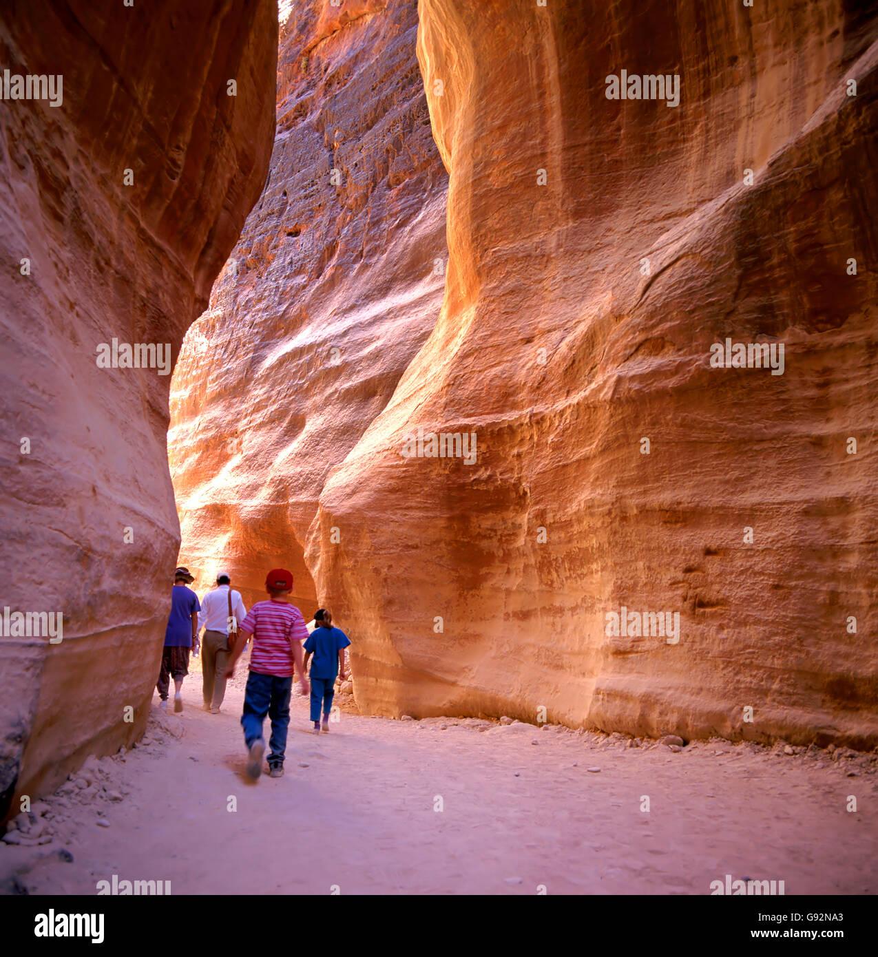 Der Siq Eingang in die alte Stadt Petra in Jordanien, die aus dem Felsen gehauen wurde. Es ist jetzt ein UNESCO Stockfoto