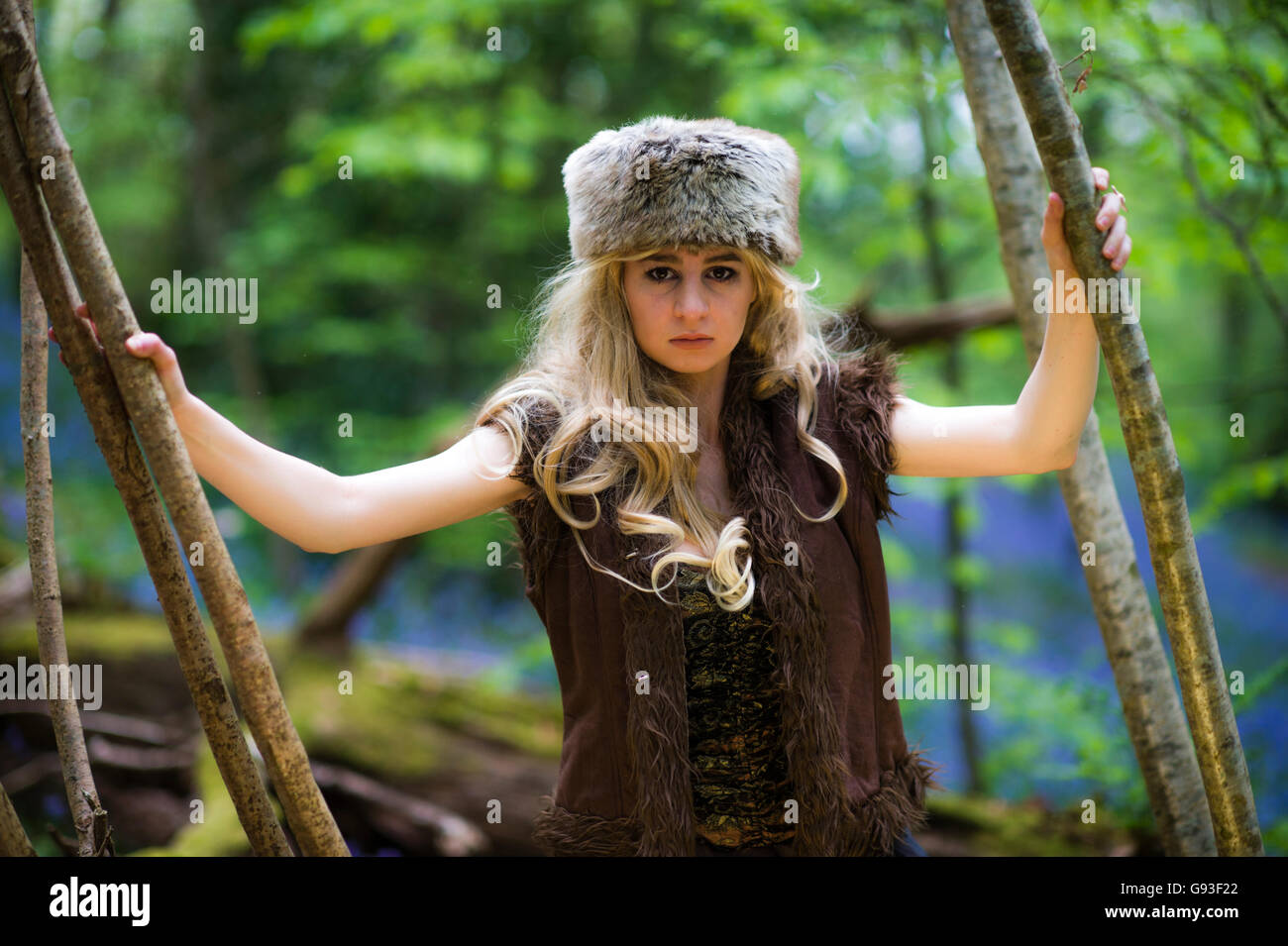 """Eine junge Frau, die Modellierung für ein Fantasy-Makeover """"Game of Thrones"""" Fotografie im freien Stil: Göttin / Priesterin / Jägerin in den Wald, UK Stockfoto"""