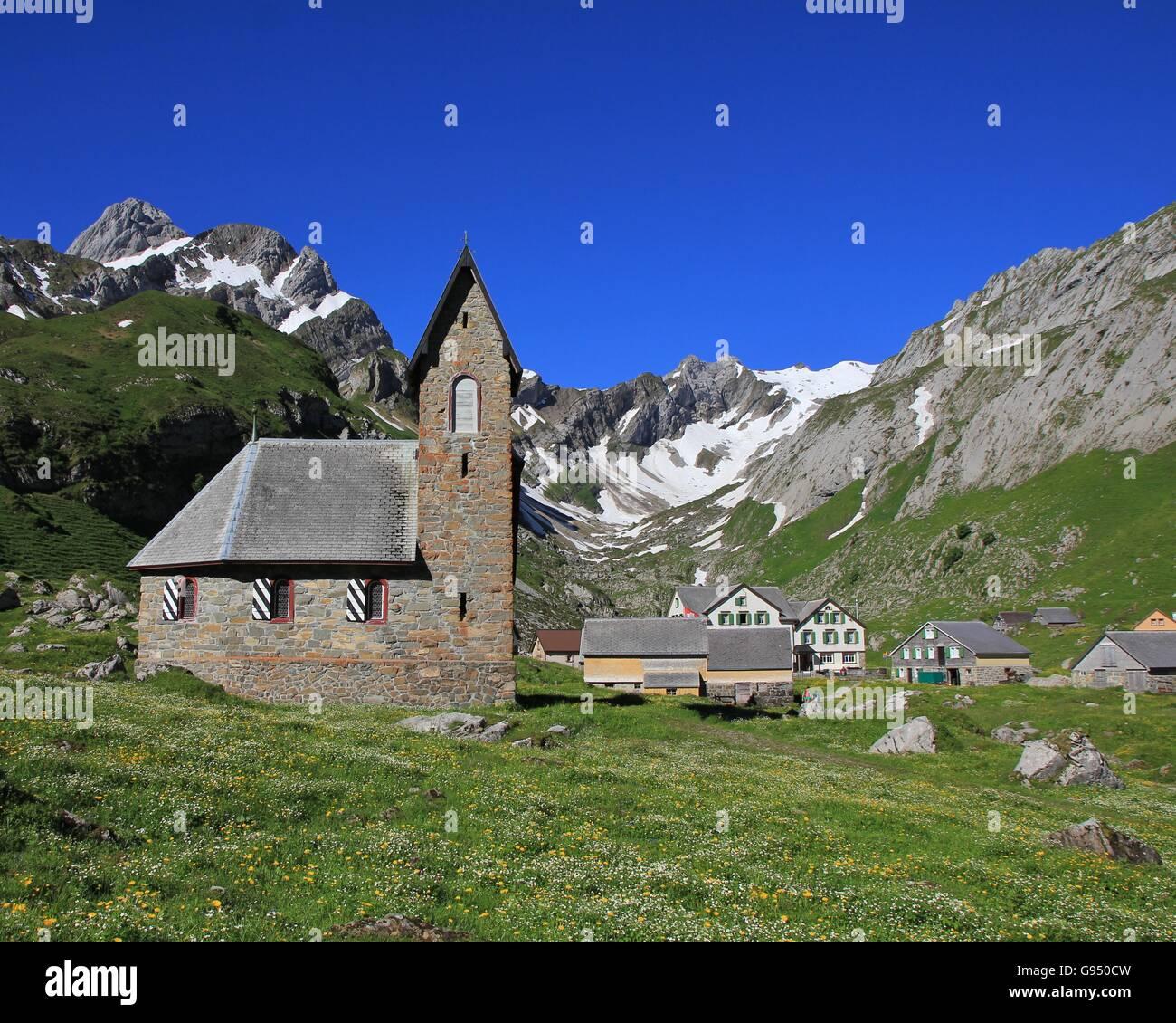 Alte Kapelle hoch oben auf einer Bergwiese. Meglisalp. Frühling-Szene in den Schweizer Alpen. Stockbild