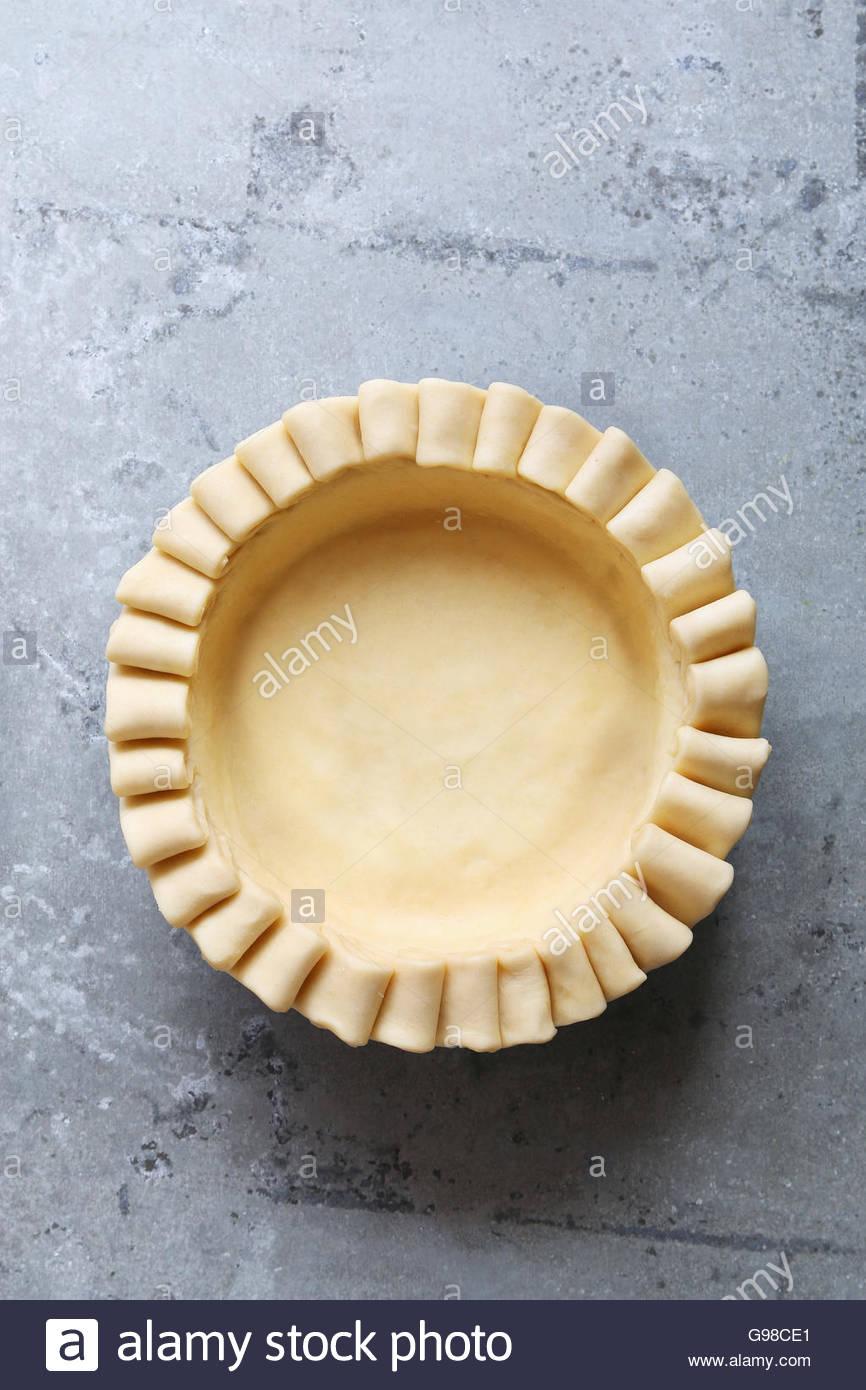 Ungekocht Tortenboden mit Rüsche Schicht Dekoration. Ansicht von oben. Stockbild