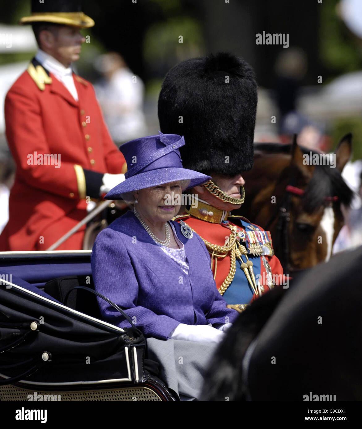 Die britische Königin Elizabeth II und der Herzog von Edinburgh verlassen Buckingham Palace, London, zu sehen Stockbild