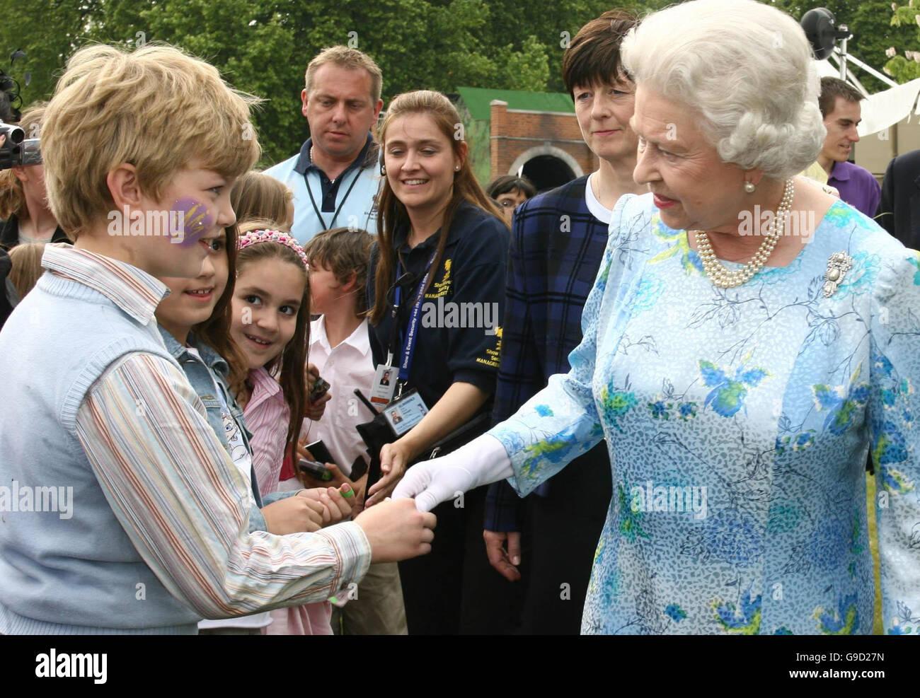 Die Britische Königin Elizabeth Ii Treffen Kinder Als Spaziergänge
