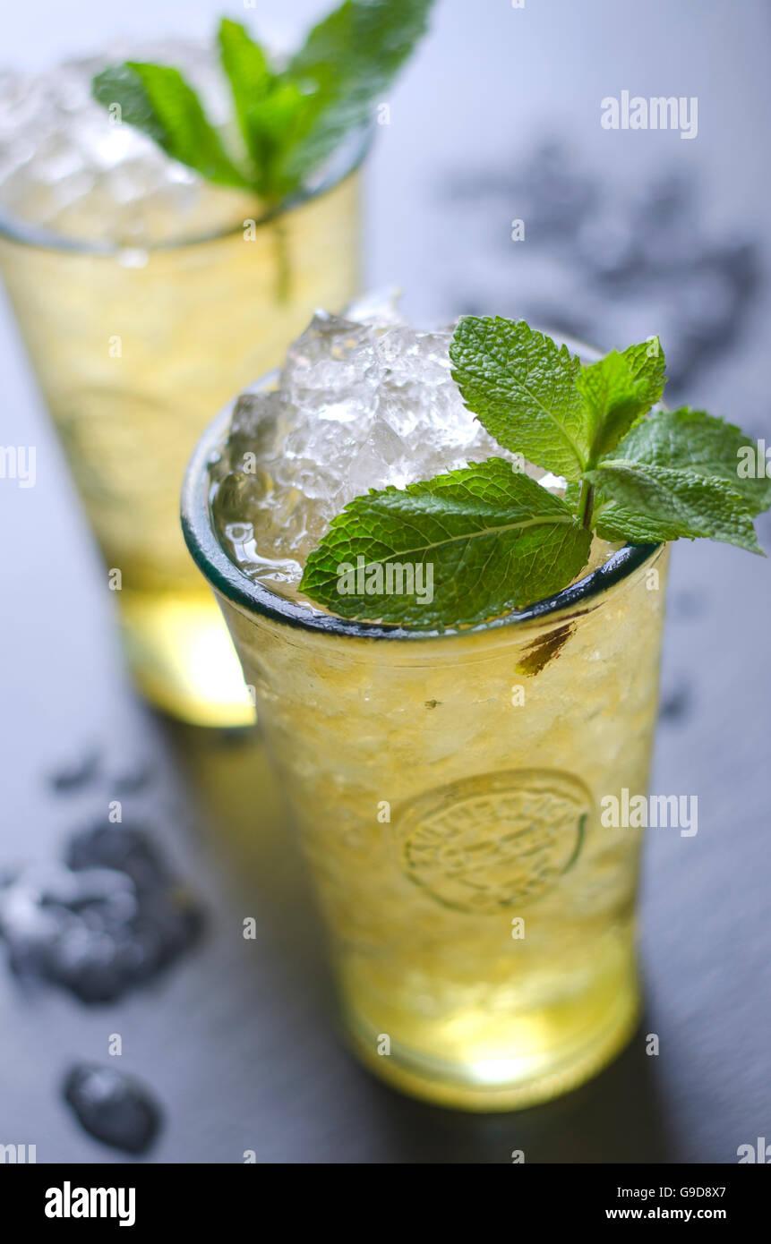 Frisch zubereiteten Mojito cocktail in ein Glas Stockbild