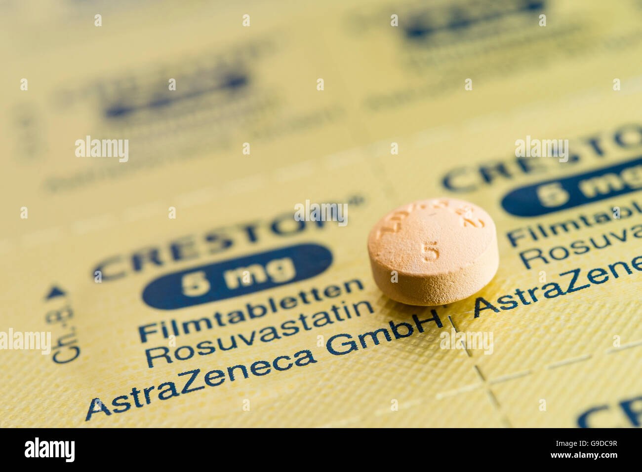 Tablet und Folie Blister-Packung für Crestor gebrandmarkt Statine Cholesterin senken Pillen. Stockbild