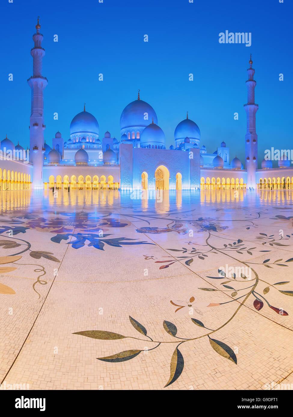 Sheikh Zayed Grand Moschee in der Abenddämmerung, Abu Dhabi, Vereinigte Arabische Emirate Stockbild