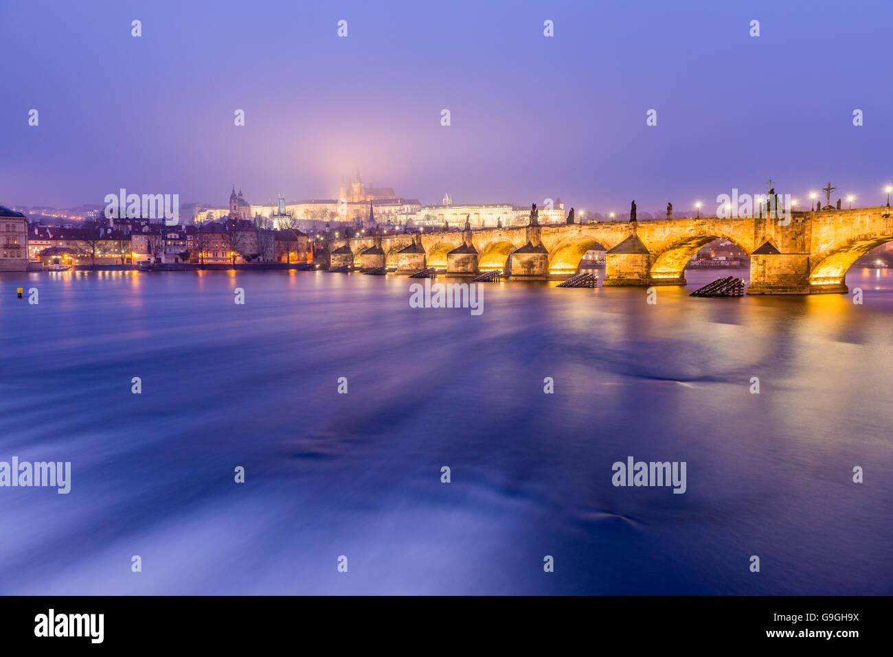Prag-Karlsbrücke bei Nacht Stockbild