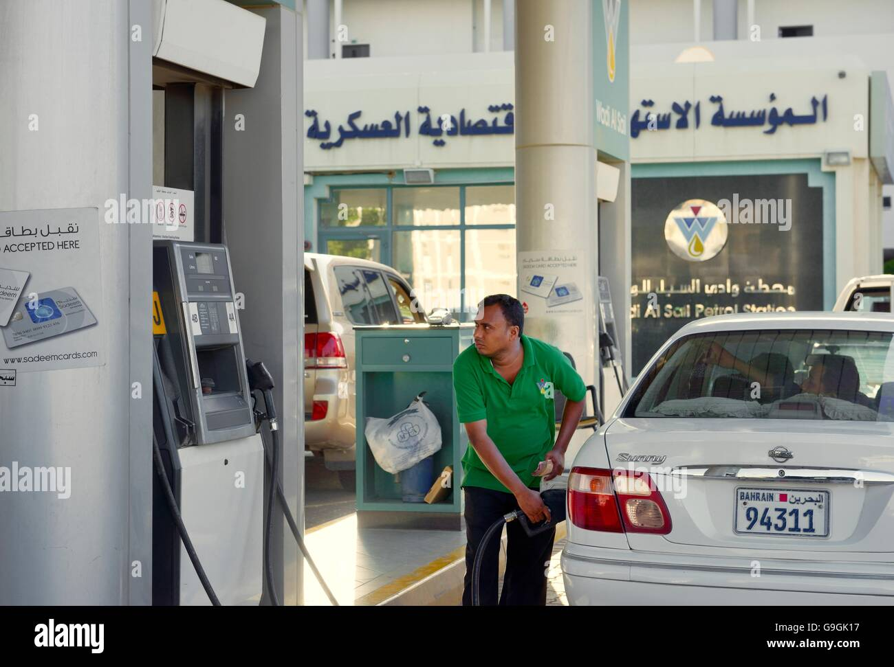 Wadi al Segel Tankstelle, Riffa, Bahrain. Mann das Füllen von Kraftstoff pumpe auf service Gericht Stockbild