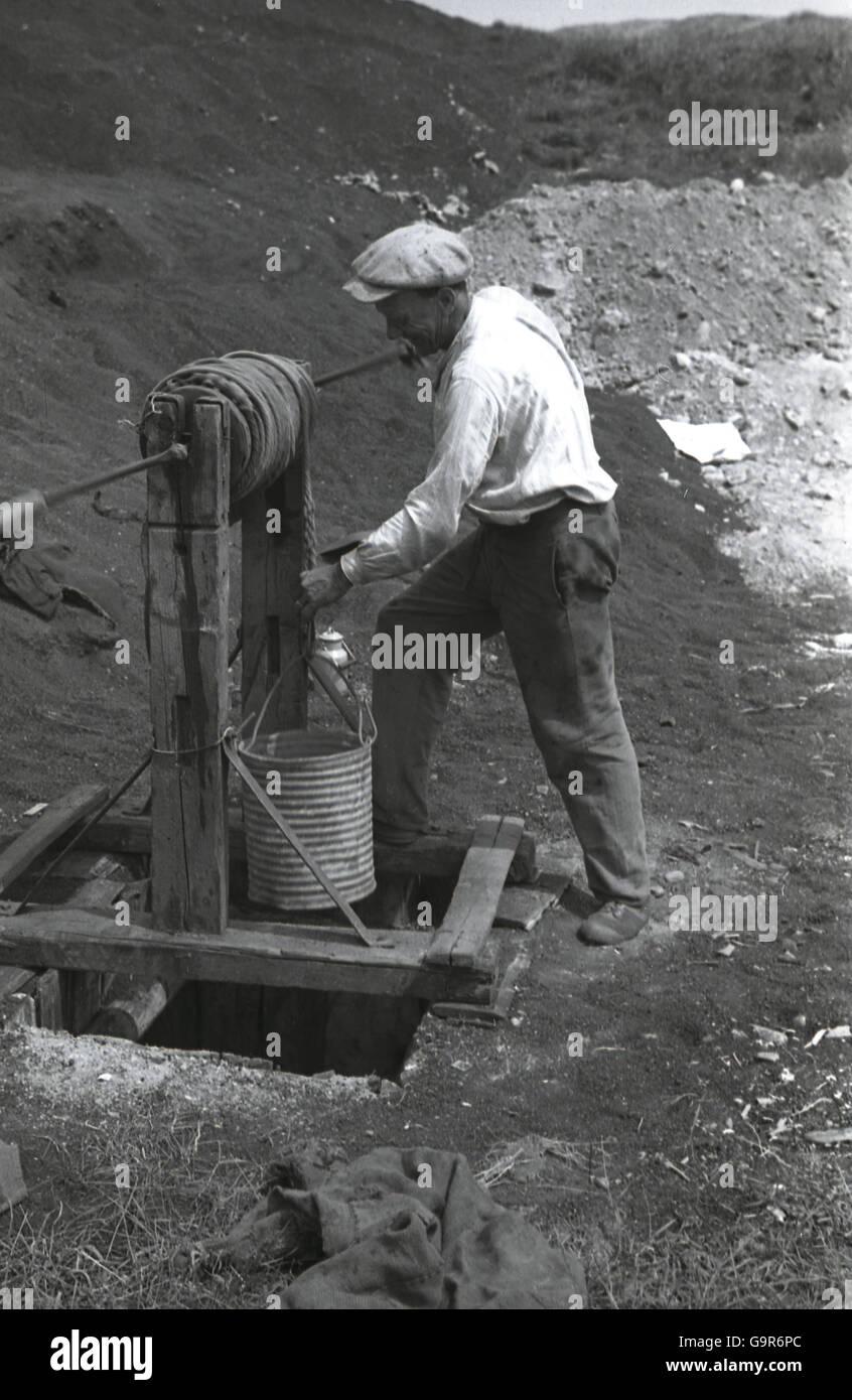 1930er jahren musste historische mann berpr fen seil auf eimer grundwasser bei einer