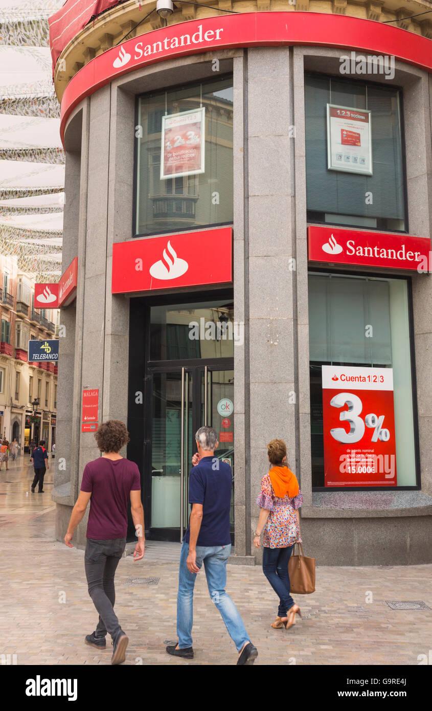 Málaga, Costa Del Sol, Provinz Malaga, Andalusien, Südspanien.  Filiale der Banco Santander in Calle Larios. Stockbild